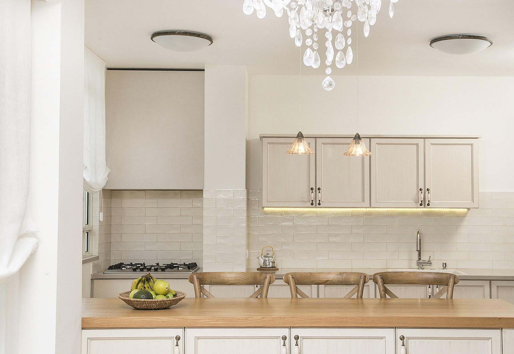 שילוב נכון של תאורה בעיצוב מטבח בסגנון פרובנס