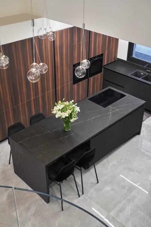 מטבח שחור עם עץ עד התקרה