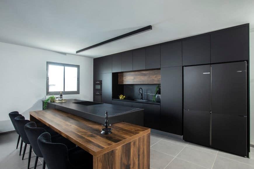 מטבח שחור עם עץ ליצירת איזונים