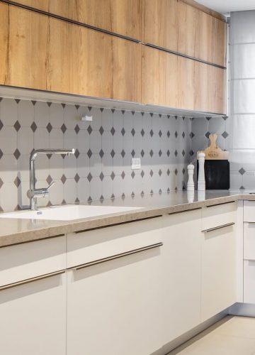 מטבח עם קלאפות בטכנולוגית WOODTECH